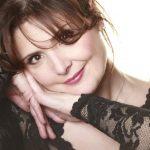 ელისო ბოლქვაძე უმრავლესობის სხდომაზე შესვლამდე, ბერას სიმღერას დემონსტრაციულად უსმენდა